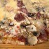 "Pizza del mes ""mmm.. come odora"" (""mmm… qué bien huele"")"